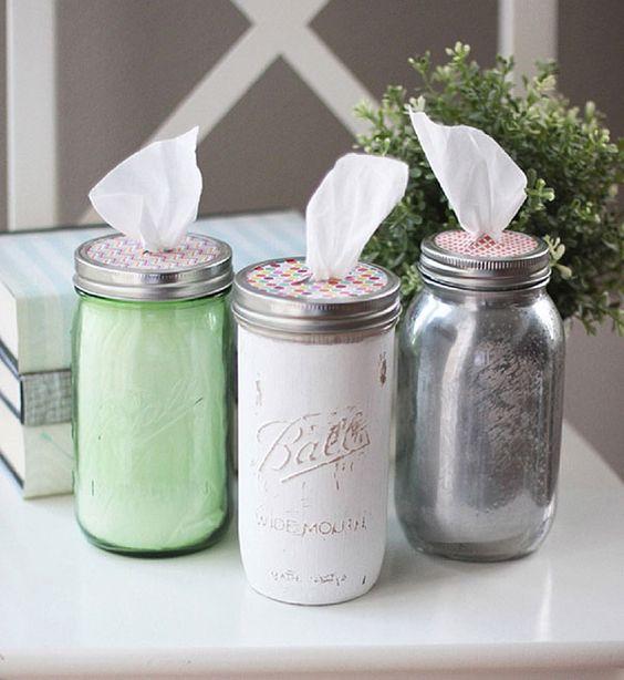 Frascos de vidrios pintados por dentro y utilizados como parta pañuelos desdechables, al hacerles una abertura en la tapa.