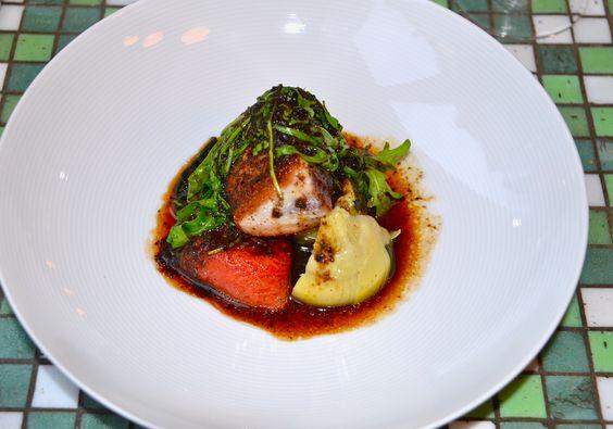 Kort gebakken tonijn, gemarineerde tomaat, artisjok en zeewier