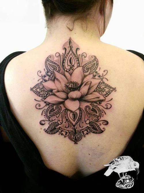 tatouage fleur de lotus dos et nuque femme