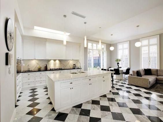 Ampia cucina con isola per un ambiente classico e moderno allo ...