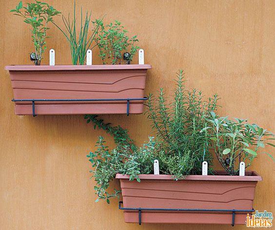 Modelo simples de horta vertical, mas muito prático! Ideal para cultivar hortaliças.