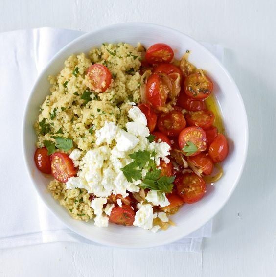 Geschmorte Kirschtomaten mit Thymian und Feta machen Couscous zum Wochen-Highlight.