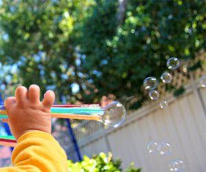 bellenblaas, zelf, maken, zelfgemaakte, diy, knutselen, plakken, masking tape, rietjes, zomer, buiten, activiteit, kinderen, peuters, kleuters, vakantie, tips, ideeën, recept, sop, zeep, water, bubbels, bellen, spelletje, simpel, eenvoudig, makkelijk, zo