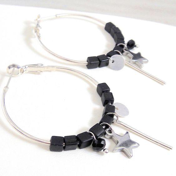 Boucles d'oreilles créoles argentées breloques et petites perles noires : Boucles d'oreille par lizou-sen-fout