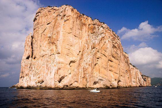 Grotta di Nettuno, Sardaigne. http://www.lonelyplanet.fr/article/les-plus-beaux-sites-naturels-de-sardaigne #GrottadiNettuno #grotte #Sardaigne #voyage