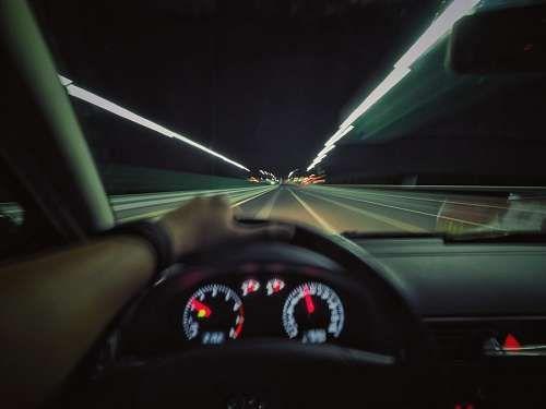 Imagenes Gratis Conduciendo Por La Carretera Una Persona Gente Hombre Mano Conducir Auto Velocimetro Velocidad Ca Carretera Imagenes Gratis Autopista