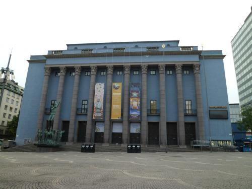 このコンサートホールは、ノーベル賞授賞式の会場として知られています。<br />なので、何としても見たいと思い、早朝、6時過ぎにホテルから歩いていきました。<br />さすがにあまり人はいなくて、もちろんコンサートホールは外から見るだけでした。<br />1926年4月に建築された建物のスタイルは新古典主義で、<br />内部はギリシャ彫刻や音楽の歴史に関するモチーフで飾られているそうです。<br />ロイヤル・ストックホルム・フィルハーモニー管弦楽団率いるクラシックコンサートの本拠地としても有名だそうです。<br />外観だけでも、そうしたすばらしさを十分に感じることができました。