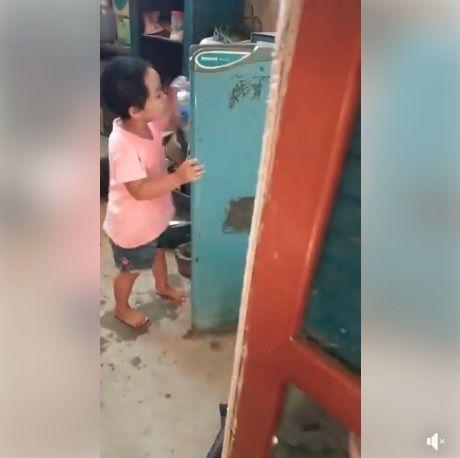 Anak kecil ambil botol air