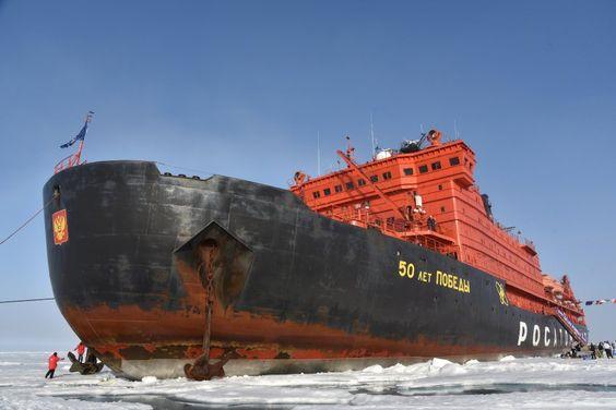 """Der Eisbrecher """"50 Let Pobedy"""" hat sich am Nordpol in seine Parklücke..."""