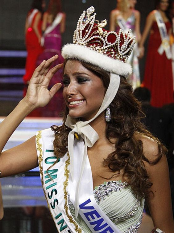 Elizabeth Mosquera - Venezuela se Convierte en Miss International 2010..