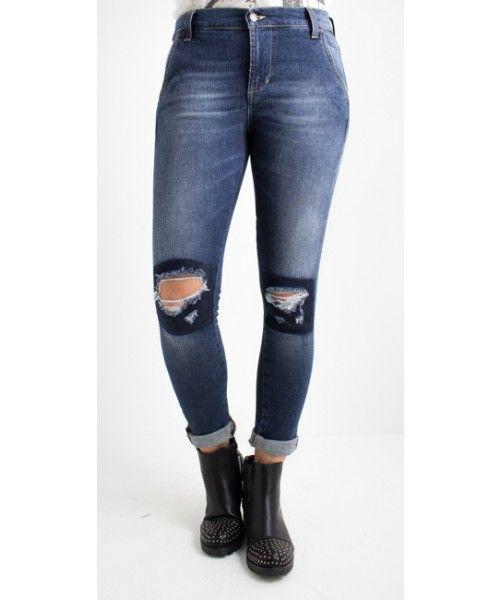 Jeans modello Miriam, modello slim e con tasca americana. Effetto destroyed consumato nella zona delle ginocchia. Allacciatura con ZIP. Disponibile su https://www.melissaagnoletti.it/abbigliamento-donna/novita-donna/jeans-modello-miriam-poetica-4782.html