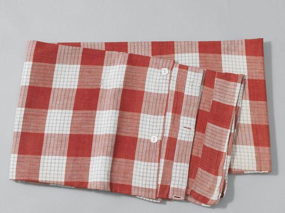 Beddetijk of matrasovertrek van rood-wit-blauw geruite katoen 1925.