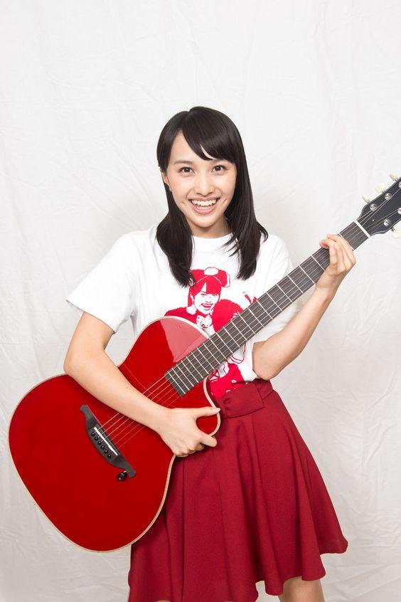赤いギターを持つ百田夏菜子