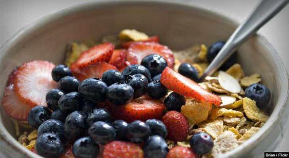 Para muitas pessoas, café da manhã consiste em qualquer alimento que seja mais conveniente durante a correria da manhã, mas um café da manhã saudável é o elemento mais importante para começar o dia bem. Veja dicas para um café da manhã saudável aqui.