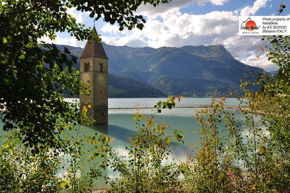 """Lago di Resia! Quem visita o """"Lago di Resia"""", a primeira coisa que nota é a torre da igreja que surge das águas do lago. Esta torre tornou-se o símbolo da região e de todo o Vale Venosta. Seja no verão ou inverno, a paisagem é encantadora! O grupo ITALIABELLA deseja a todos: UM BOM DIA! :)  #feriasdefimdeano #pacotesparaitalia #dolomitas"""