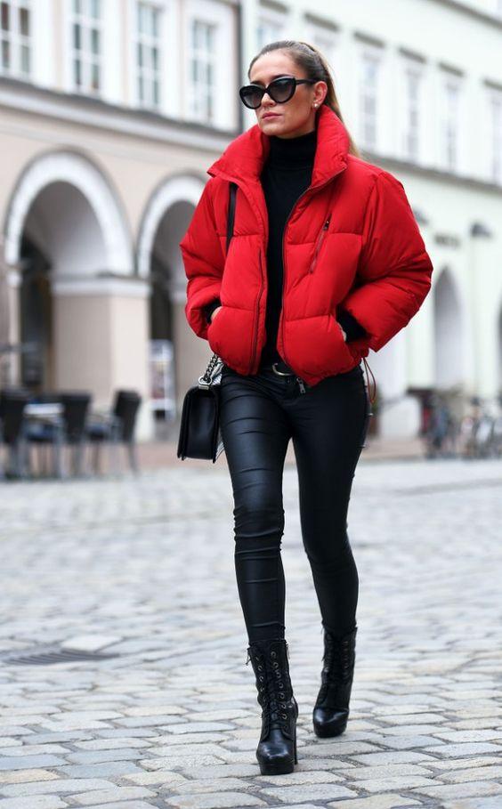 Красная дутая куртка с кожаными леггинсами.