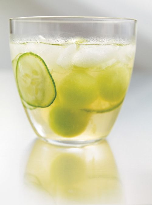 Cocktail parfait de terrasse avec vin blanc + vodka + jus de raisin + concombres + melon miel. Very fresh. Much delicious.