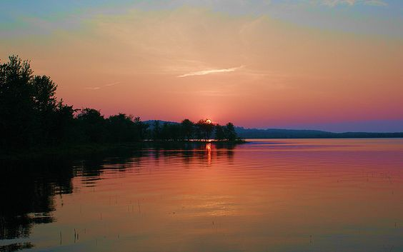 A beautiful Lake Androscoggin Sunset. Taken from the Lake in front of the Angell Cove Cottages, in Leeds, Maine.     Rest-A-Bit Cottage on North Pond in Maine FOR RENT -CLICK ON THE PICTURE ABOVE ^^^
