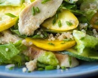 Salade folle de quinoa aux deux courgettes et au poulet : http://www.fourchette-et-bikini.fr/recettes/recettes-minceur/salade-folle-de-quinoa-aux-deux-courgettes-et-au-poulet.html