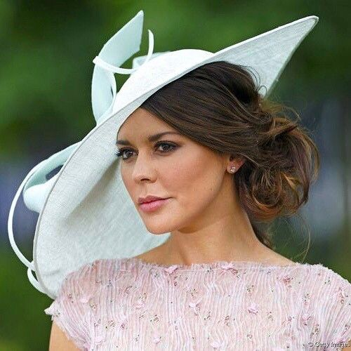 Meghan Markle Makes Her Royal Ascot Debut In Givenchy Shirt Dress Fascinator Hairstyles Hat Hairstyles Guest Hair