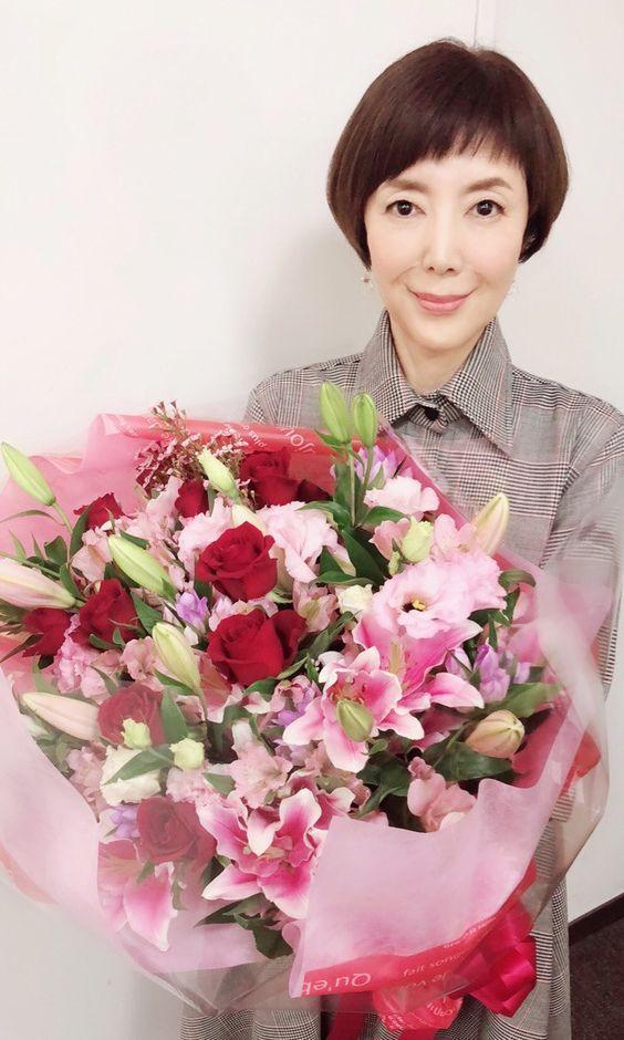 花束を持つ戸田恵子