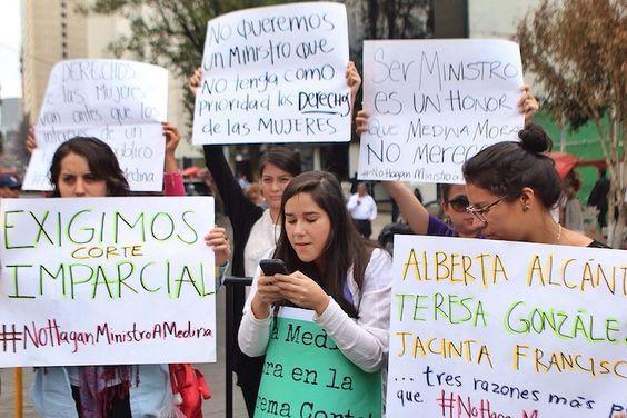 Afuera del Senado, estudiantes protestaron contra la designación de Medina Mora. Foto: Francisco Cañedo, SinEmbargo.