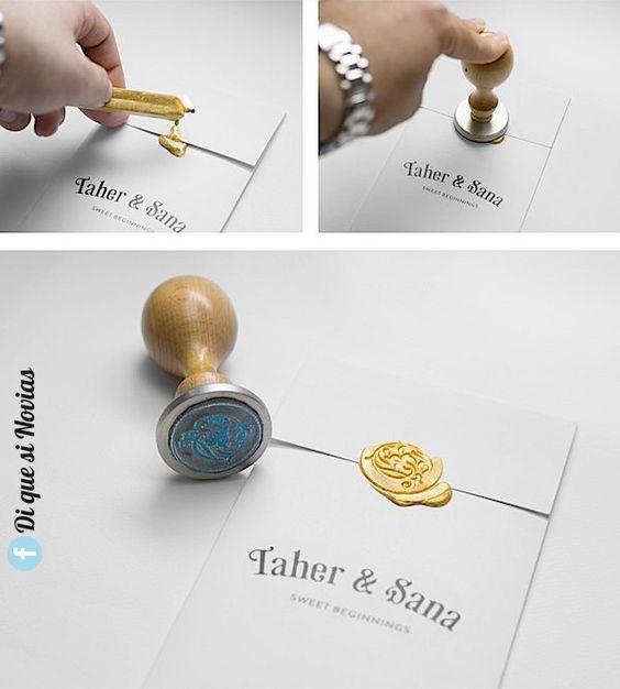 Una idea genial para darle un toque único a tus invitaciones. Puedes mandar hacer una sello con sus iniciales y dejar su marca de amor en cada invitación. #boda #novios #invitaciones