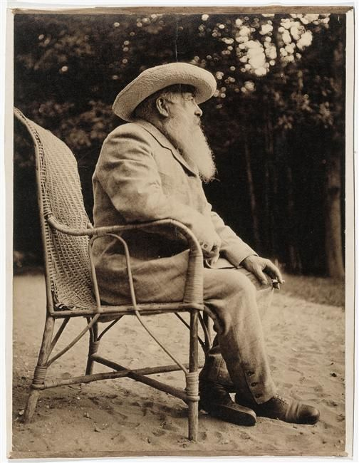 Claude Monet (1840-1926), dans le jardin de Giverny    Photographié par Guitry Sacha (1885-1957)  1915