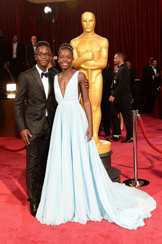 Pin for Later: Kennt ihr schon die Geschwister der Stars? Lupita und Peter Nyong'o Lupita Nyong'o's jüngerer Bruder Peter durfte auch mit auf den berühmten Selfie der Oscars!