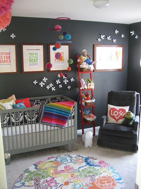 Mur gris dans une chambre de bébé