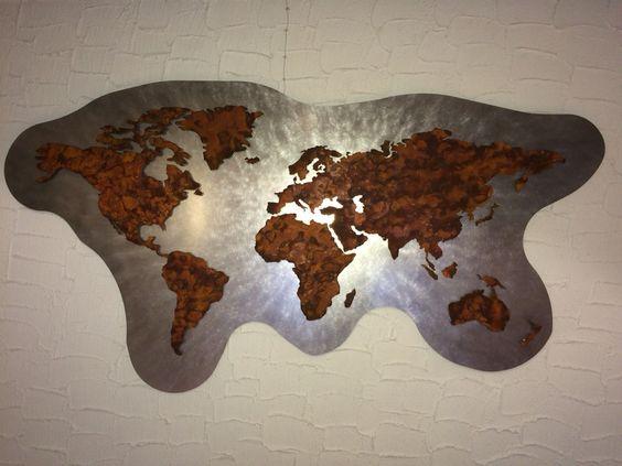 Weltkarte mit Hintergrundbeleuchtung. Hier bei Tageslicht betrachtet. Die komplette Karte besteht aus Edelstahl und verrosteten Kontinenten. Ca. 2000x1000mm Größe