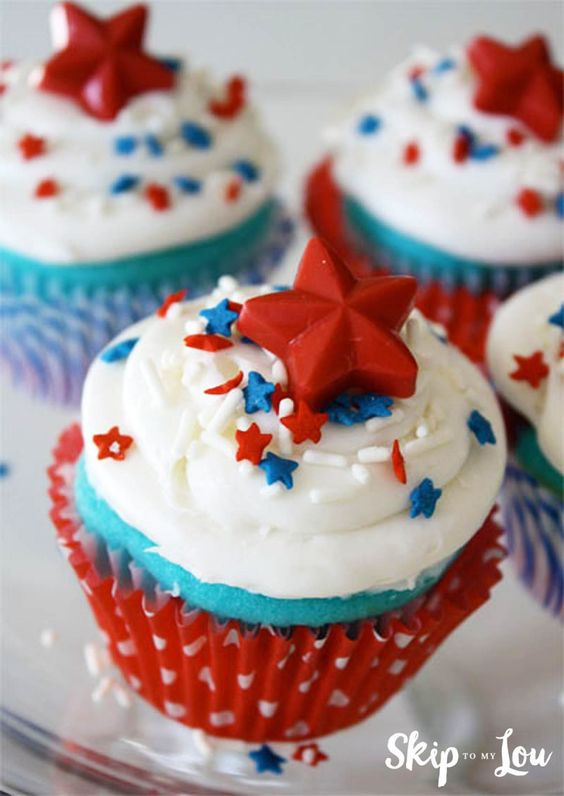 Red white blue cupcakes for Fourth of July how to from MichaelsMakers Skip To My Lou