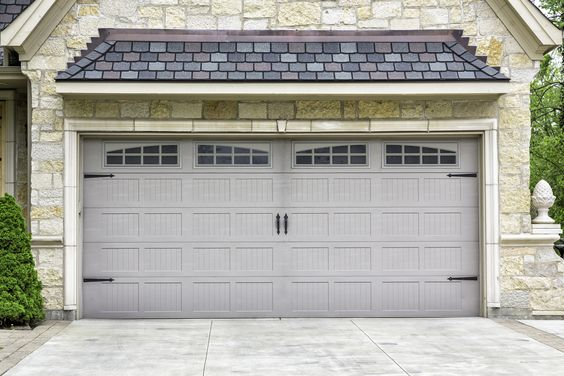 Have you seen garage doors that have been transformed by paint in this way? when done well, they look fabulous!