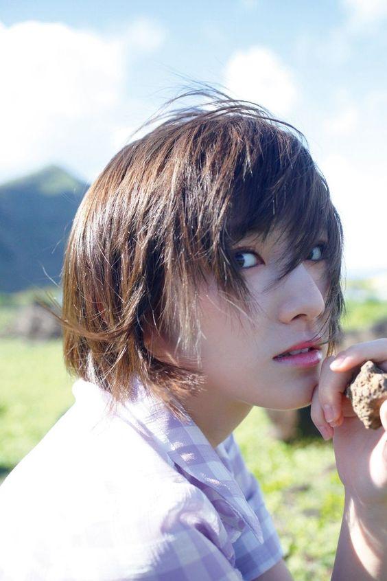 風になびいた髪の岡田奈々