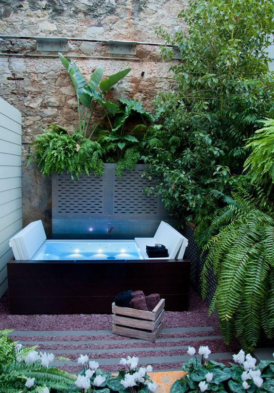 Spa jacuzzi : 12 idées pour l'intégrer dans son jardin