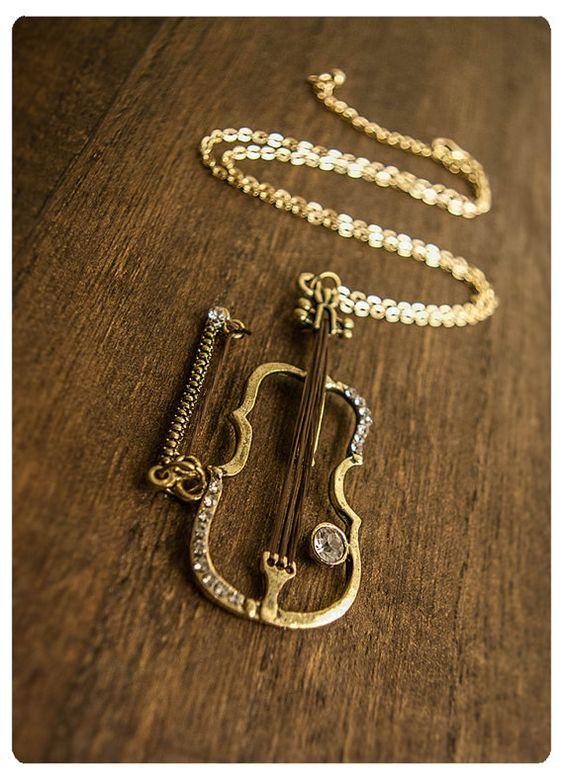 Este maravilloso collar con violín ($37). | 32 Piezas de joyería que todo amante de la música necesita: