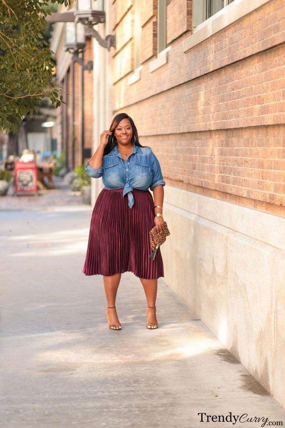 Mujer plus size con camisa de jeans y falda plisada