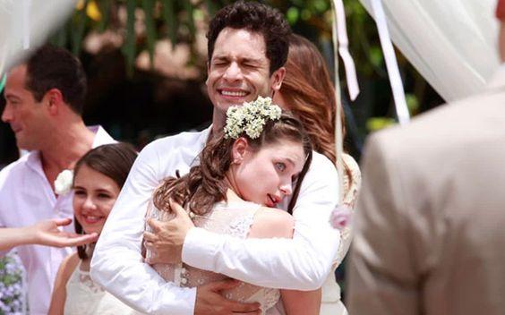 Dez casamentos que marcaram a ficção nos últimos anos  5- Linda e Rafael, em Amor à Vida Não tinha como não se emocionar com esse casal! A personagem Linda, que era autista, descobriu o amor ao lado de Rafael. Depois de alguns conflitos, principalmente por parte da sua família, que tinha dúvidas a respeito do casamento, os dois se uniram em uma cerimônia com a cara deles: fofa, leve e romântica.