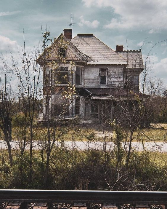 "Beautiful Abandoned Places on Instagram: ""Abandoned house in West Virginia. Photography by @j.meade.images . . . . . . #itsabandoned #decay #ruins #explore #urbex #UrbanExploring…"""
