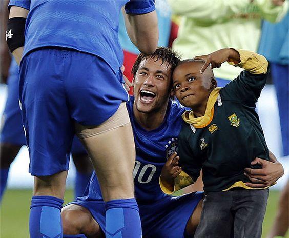 Ayo, um sul-africano de sete anos de idade, virou o mascote de Neymar e da Seleção (AFP PHOTO / MARCO LONGARI )