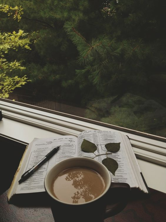 Bible, favorite book!(A Bíblia também é meu livro favorito, e ainda com um bom café... <3)