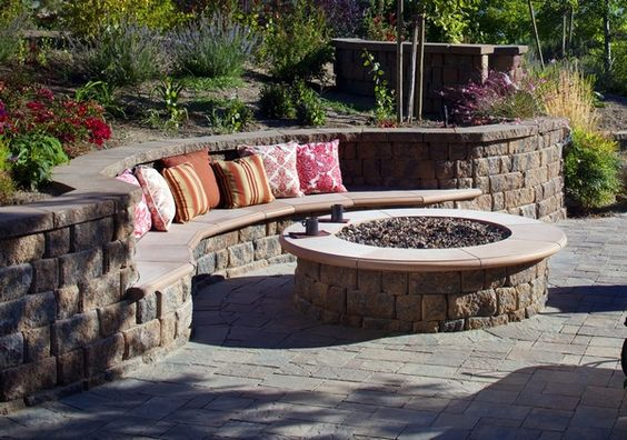 Curved built in bench in retaining wall i like the shape for Curved garden wall ideas