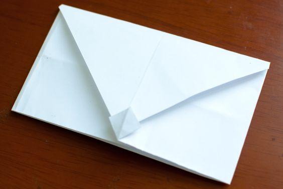 Willst du einen Brief senden, hast aber keinen Umschlag? Stecke ihn in einen selbstgemachten Umschlag! Hier sind ein paar verschiedene Methoden, von leicht bis schwer. Nimm ein Din A4 Papier. Dies misst 216 mal 279mm. Halte das Papier...