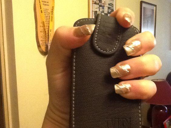 Mi creación en mis manos, lo hice en 3 tonos en cafe y dorados, se realiza en línea longitudinal y la terminación la hice en plateado con Glitter. Se selló en lámpara UV..... Evelyn Celis.