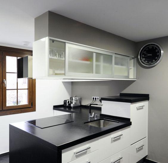 La vitrina con puertas correderas permite un f cil acceso for Disenos de cocinas en cuba