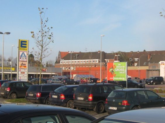 Werben Sie in Rendsburg, dem Sitz der Kreisverwaltung des Kreises Rendsburg-Eckernförde. Hier wirkt Ihre Werbung sowohl auf dem dortigen Fachmarktzentrum, als auch zum Parkplatz des Bahnhofes. Neben den Besuchern des Fachmarkzentrums erreichen Sie hier auch Pendler und Reisende.