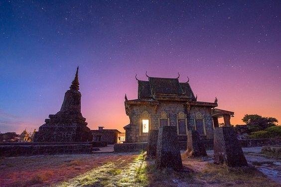 Dưới ánh sao đêm ngôi chùa mang một vẻ đẹp kì bí