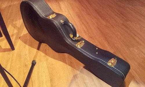 De gitaarkoffer van Miss Montreal staat al in de studio...