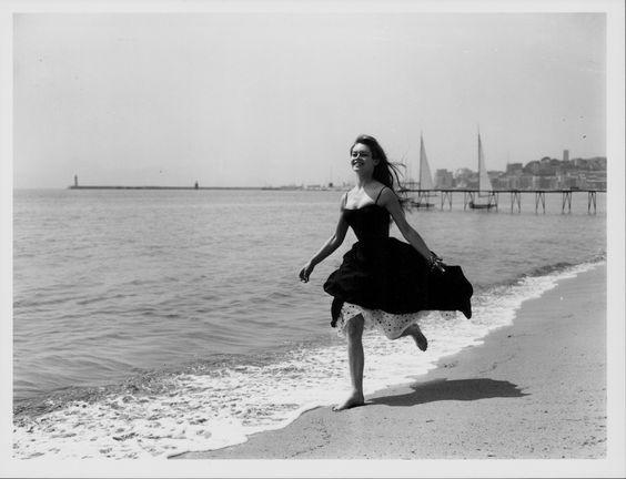 Foto d'archivio - Il Post - Brigitte Bardot a Cannes  L'attrice francese Brigitte Bardot corre a piedi nudi sulla spiaggia di Cannes, nel sud della Francia, 28 aprile 1956. Nella foto aveva 21 anni.  (George W. Hales/Fox Photos/Getty Images)