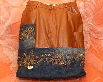 Praktische Tragetasche Jeans Tasche, dass jede Frau haben sollte, geeignet für viele Gelegenheiten. Groß, hart, hohe Kapazität mit starren komfortable Griffe zum tragen über der Schulter. Es ist handgefertigt und original einzigartiges Design, ein Unikat.  Entzückende Denim Handtasche besteht aus dunklen Jeans, verziert mit Spitze türkis-blaue Farbe von hoher Qualität. Ich habe beide verschiedenen Seiten der Tasche, so Sie es beide Möglichkeiten tragen. Es hat zwei Taschen auf der…